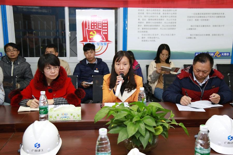 柳州团市委城市部部长潘丽桃(中)宣讲党的十九大精神